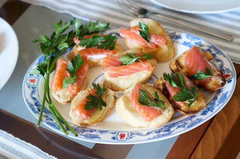 Sanduíche com peixes vermelhos canape salmon na tabela de bufete fotos de stock