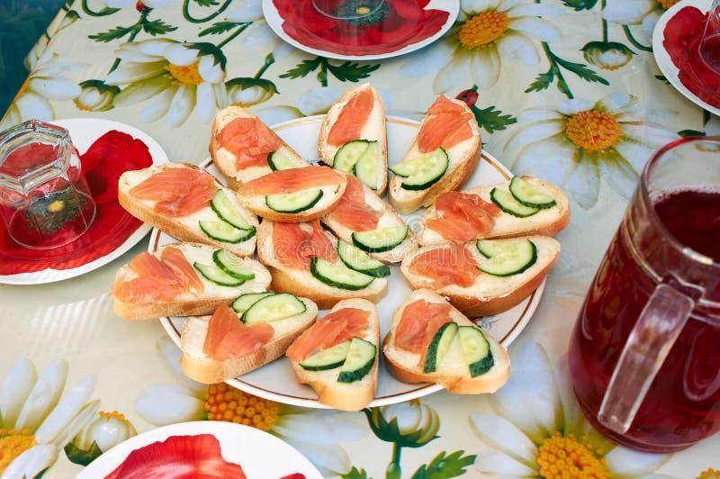 Sanduíche com peixes vermelhos canape salmon na tabela de bufete imagens de stock royalty free