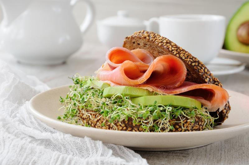 Sanduíche com presunto e abacate fotos de stock royalty free