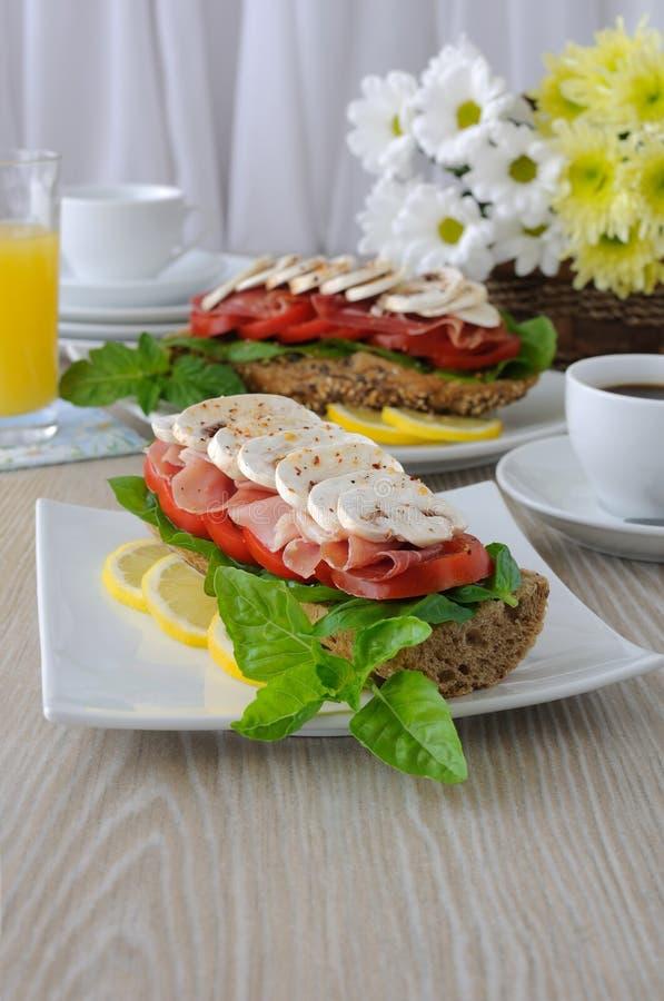 Download Sanduíche Com Presunto E Cogumelos Foto de Stock - Imagem de carbohydrate, cozinhar: 26513012
