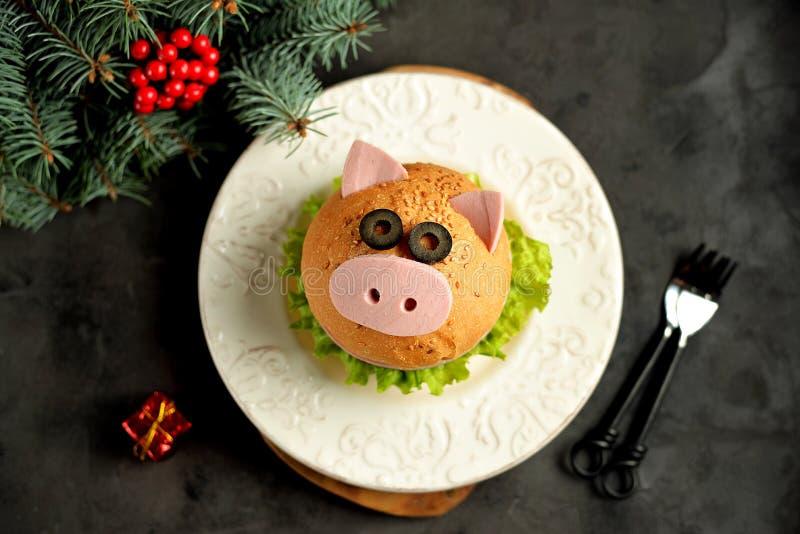 Sanduíche com presunto, queijo e alface sob a forma do porco bonito - símbolo de 2019 Fundo do Natal do café da manhã das criança imagem de stock royalty free