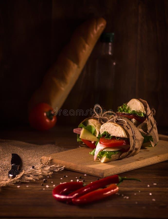Sanduíche com presunto, queijo, tomates, alface, e pão brindado fotos de stock