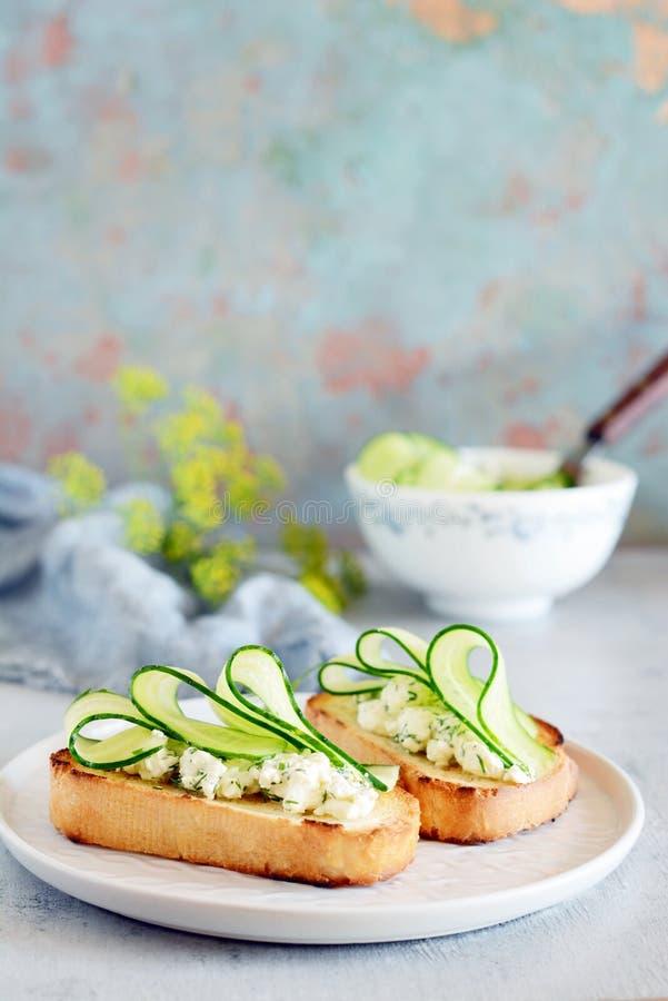 Sanduíche com queijo creme e o pepino fresco Close-up Sanduíche da aptidão do vegetariano com requeijão, pepino e aneto fotos de stock