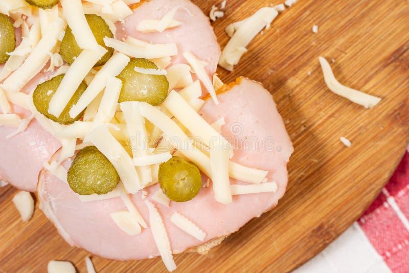 Sanduíche com queijo e salmouras do presunto do pão foto de stock royalty free