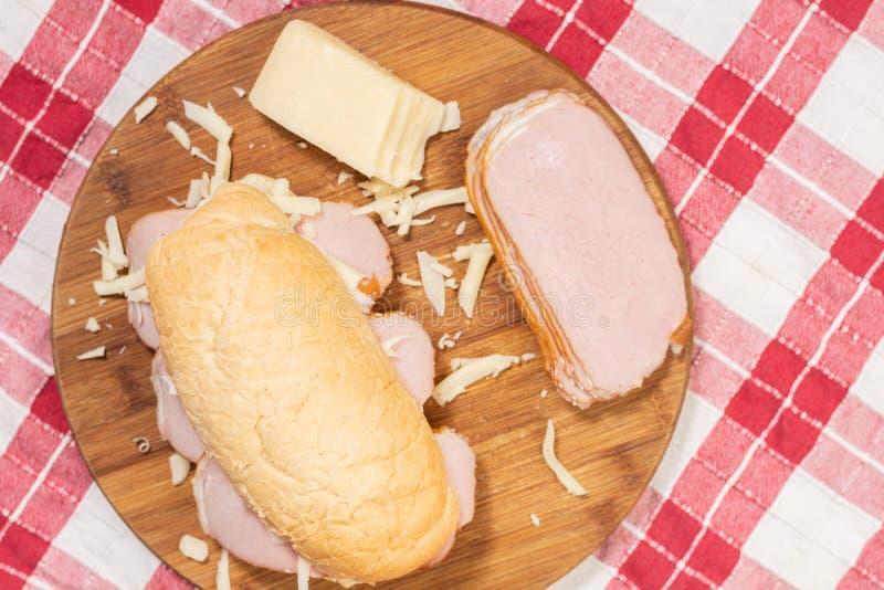 Sanduíche com queijo e salmouras do presunto do pão imagem de stock royalty free