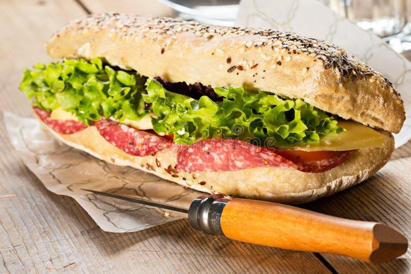 Sanduíche com sementes de sésamo fotografia de stock