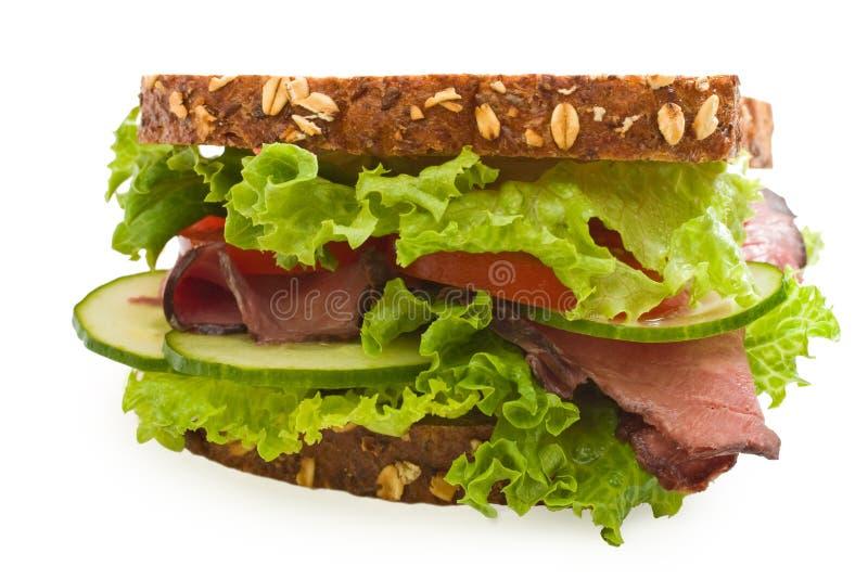 sanduíche da carne de assado da Multi-grão isolado no branco imagem de stock