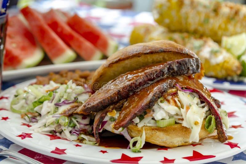 Sanduíche da carne do peito de carne do assado no rolo fotografia de stock royalty free