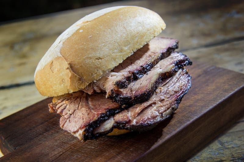 Sanduíche da carne do peito na placa de corte imagens de stock