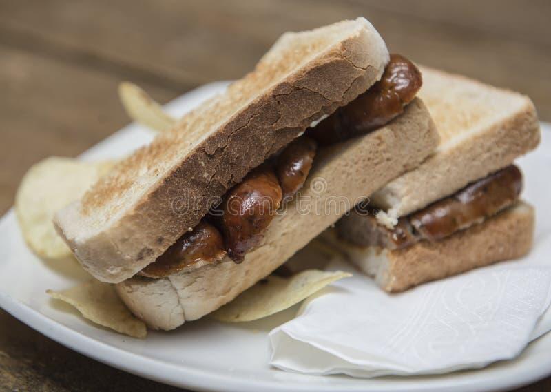 Sanduíche da salsicha com pão brindado fotos de stock royalty free
