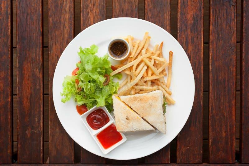 Sanduíche de clube com batatas fritas no lado imagens de stock
