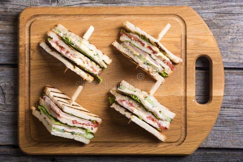 Sanduíche de clube com tomates, pepino, presunto e queijo foto de stock royalty free