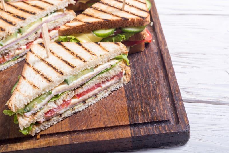 Sanduíche de clube com tomates, pepino, presunto e queijo imagens de stock royalty free