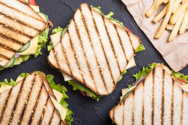 Sanduíche de clube com tomates, pepino, presunto e queijo imagem de stock