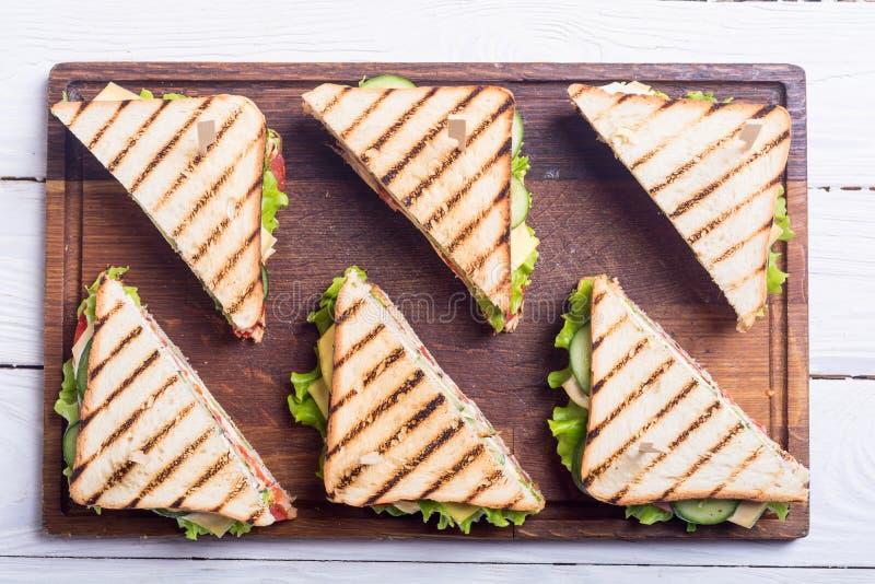 Sanduíche de clube com tomates, pepino, presunto e queijo fotos de stock royalty free
