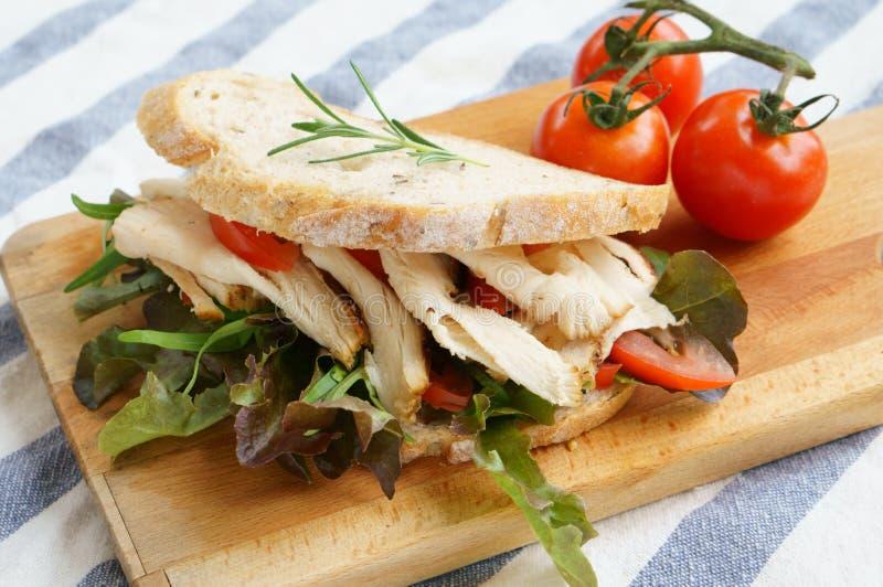 Sanduíche de galinha grelhado com alface e tomate foto de stock