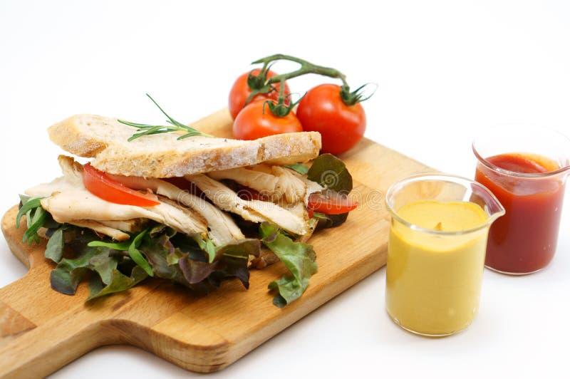 Sanduíche de galinha grelhado com alface e tomate imagens de stock royalty free