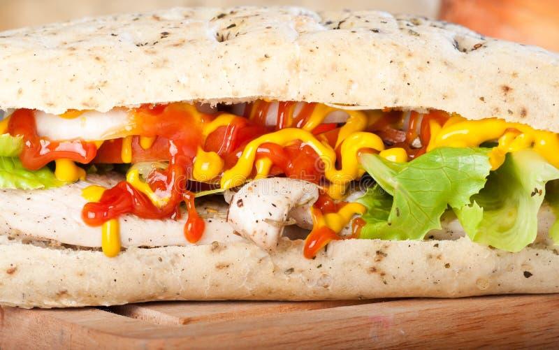 Sanduíche de galinha grelhado com alface e cebola do tomate foto de stock