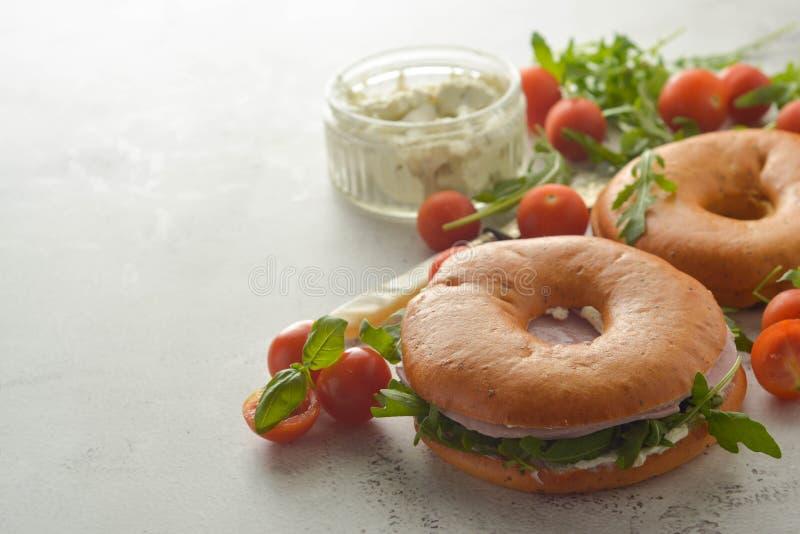 Sanduíche de presunto saudável do peru em um bagel com verdes e tomate Espa?o da c?pia do caf? da manh? foto de stock royalty free