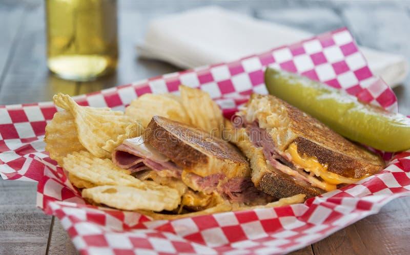 Sanduíche de Reuben do estilo do supermercado fino com microplaquetas de batata fotos de stock