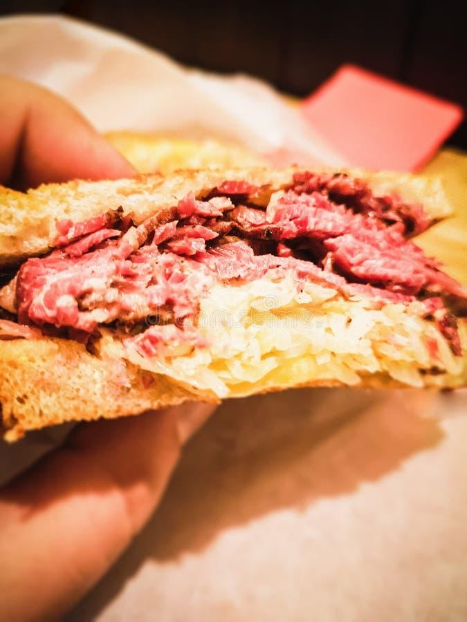 Sanduíche de Reuben do Pastrami fotografia de stock