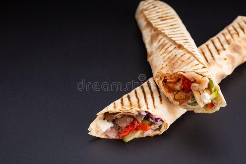 Sanduíche de Shawarma - rolo fresco do pão fino do lavash ou do pão árabe enchido com a carne grelhada, cogumelos, queijo, couve, fotos de stock