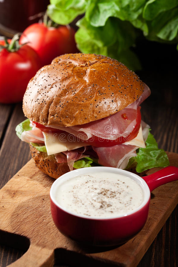 Download Sanduíche Delicioso Com Presunto, Queijo E Vegetais De Prosciutto Imagem de Stock - Imagem de verde, salad: 65575045