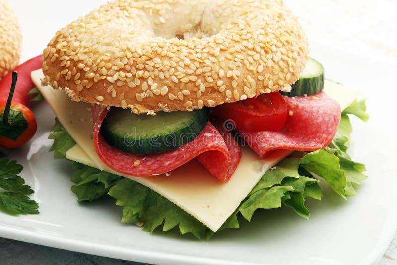 Sanduíche delicioso do bagel na tabela fotos de stock royalty free
