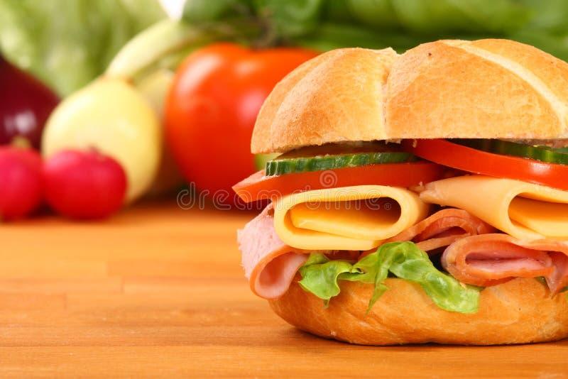Sanduíche delicioso do presunto, do queijo e da salada imagem de stock