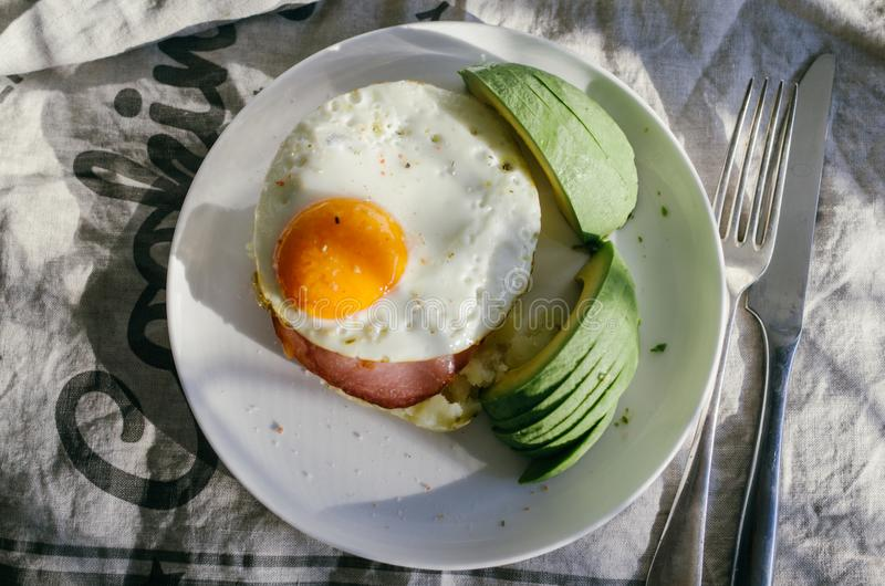 Sanduíche do abacate, do ovo e do bacon Ovo frito e abacate no brinde Panini Alimento saboroso saudável para o café da manhã ou a fotos de stock royalty free