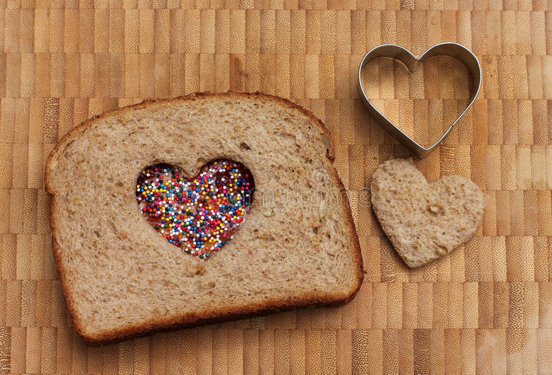 Sanduíche do amor com o cortador do bolinho do coração imagens de stock