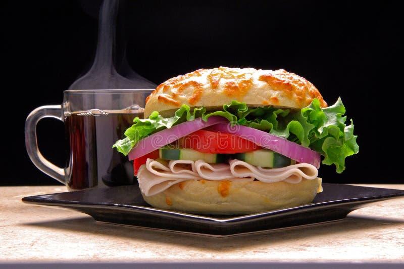 Sanduíche do Bagel com café fotografia de stock royalty free