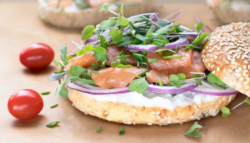 Sanduíche do Bagel com queijo do creame, salmão, cebola, tomate, verdes, ch fotos de stock