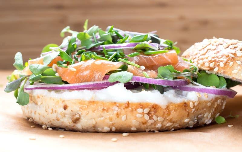 Sanduíche do Bagel com queijo do creame, salmão, cebola, tomate, verdes, ch imagem de stock royalty free