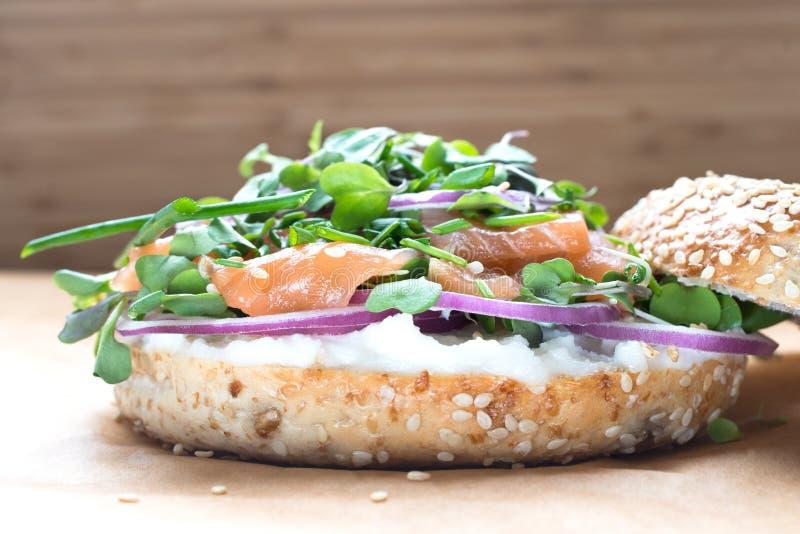 Sanduíche do Bagel com queijo do creame, salmão, cebola, tomate, verdes, ch imagem de stock