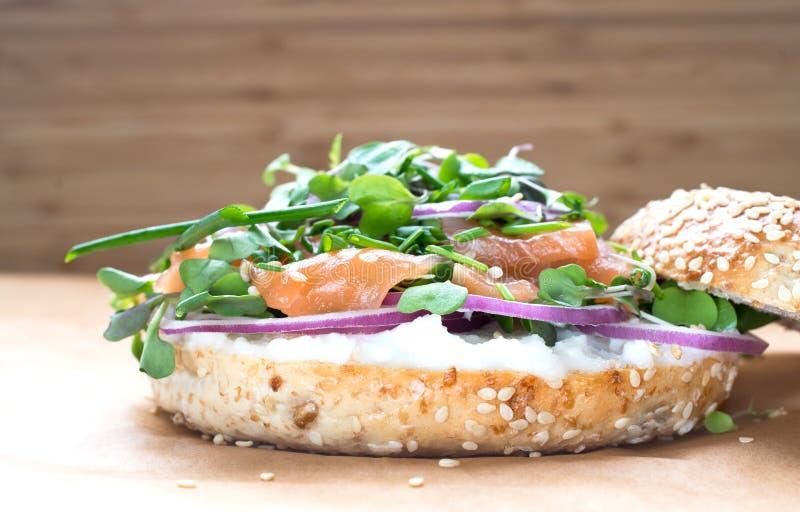 Sanduíche do Bagel com queijo do creame, salmão, cebola, tomate, verdes, ch fotografia de stock royalty free