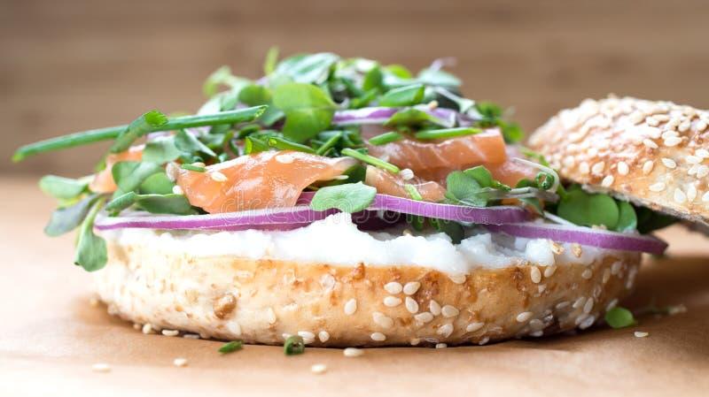 Sanduíche do Bagel com queijo do creame, salmão, cebola, tomate, verdes, ch fotos de stock royalty free