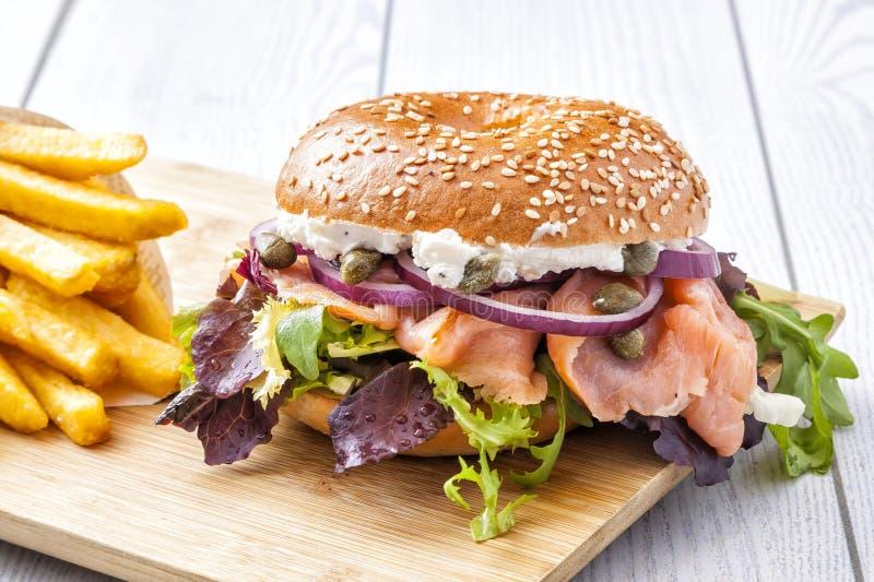 Sanduíche do Bagel com sementes e salmões de sésamo foto de stock royalty free