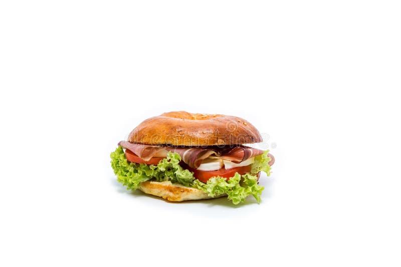 Sanduíche do bagel da filhós com lote dos verdes fotografia de stock royalty free