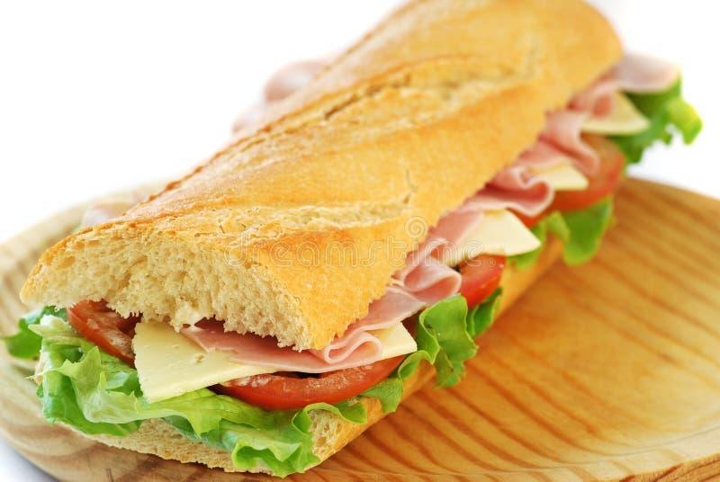 Sanduíche do Baguette com presunto e queijo imagens de stock royalty free