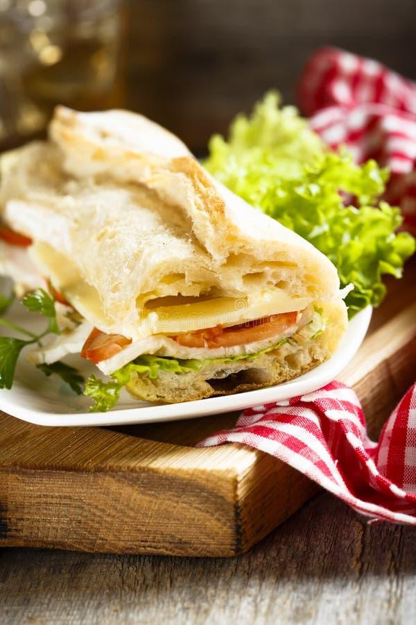 Sanduíche do Baguette com presunto, queijo e tomate fotografia de stock royalty free