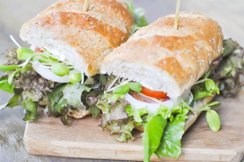Sanduíche do Baguette com presunto, tomate, e alface imagem de stock royalty free