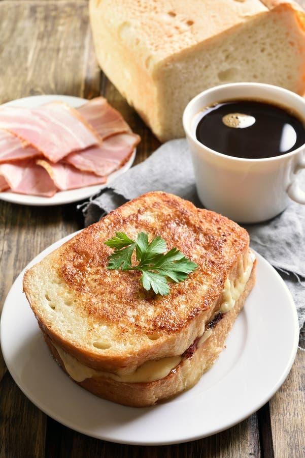 Sanduíche do brinde com queijo e café foto de stock
