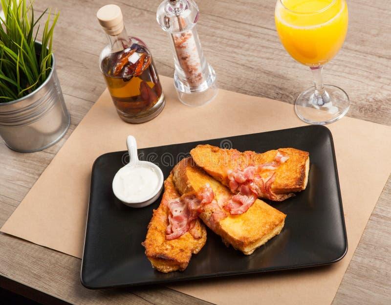 Sanduíche do brinde do café da manhã com bacon e queijo imagem de stock