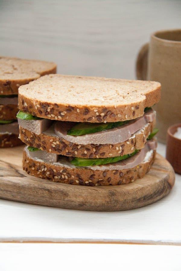 Sanduíche do café da manhã com língua de carne, o pepino fresco e o queijo creme fotografia de stock royalty free