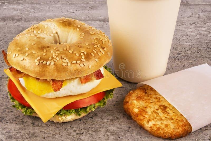 Sanduíche do café da manhã com o café e a mistura - marrons na tabela concreta imagens de stock