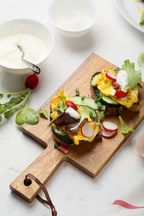 Sanduíche do café da manhã com ovos mexidos fotos de stock