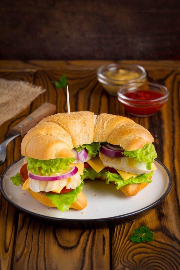Sanduíche do croissant com galinha, vegetais, queijo, tomate, oni imagens de stock