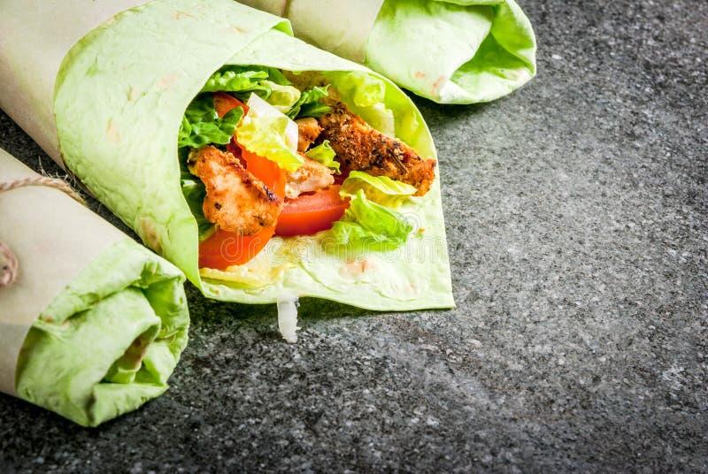 Sanduíche do envoltório com tortilhas verdes imagem de stock