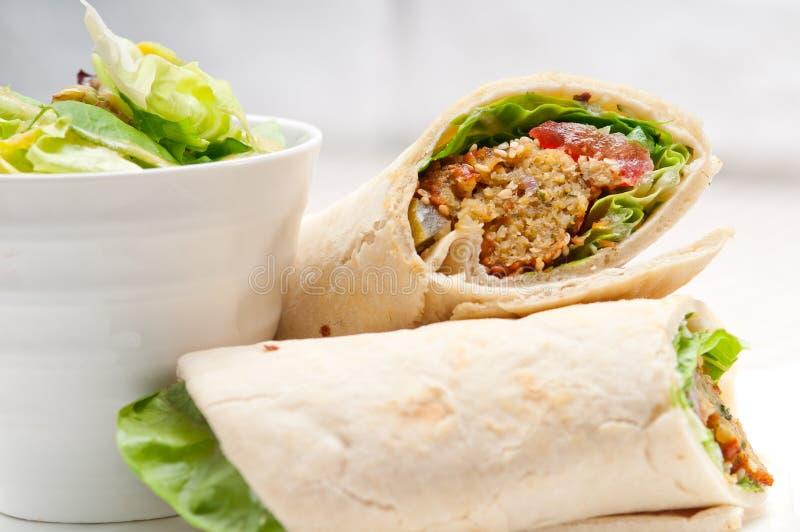 Sanduíche do envoltório do rolo de pão do pão árabe do Falafel imagens de stock royalty free
